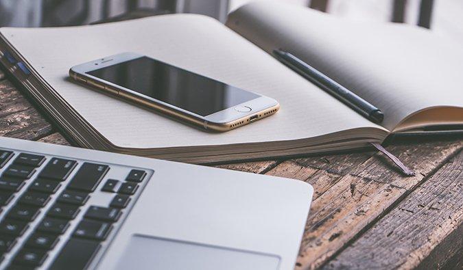computadora portátil y teléfono inteligente