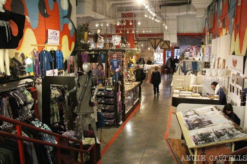 """Chelsea Market, Nueva York-Los artistas-y-pulgas """"width ="""" 800 """"height ="""" 533 """"srcset ="""" https: // estática .anuevayork.com / wp-content / uploads / 2015 / 08/06231613 / Chelsea Market, Nueva York-artistas-y-Fleas.jpg 800W, https://static.anuevayork.com/wp-content/uploads/ 2015/08/06231613 / Chelsea-Mercado-Nuevo- york artistas de pulgas-and-150x100.jpg 150w, https://static.anuevayork.com/wp-content/uploads/2015/08/06231613/Chelsea-Market-Nueva York-artistas-y-pulgas 300x200 .jpg 300w, 740W https://static.anuevayork.com/wp-content/uploads/2015/08/06231613/Chelsea-Market-Nueva-York-Artists-and- pulga-740x493.jpg """"Dimensiones ="""" (max-width: 800px) 100vw, 800px """"/> </p> <h3>  2. Ver la película en & # 39; cine independiente </h3> <p>  Si el m Inglés & # 39; no hay ningún problema, ayuda a la idea de un día lluvioso nueva York es <strong> refugiarse en una sala de cine </strong>. </p> <p>  AMC y Regal cadenas son los más extendidos, pero, ya que estás en la gran manzana, <strong> WP ¿Por qué no hacer ningún cine más especial żżurx? </strong> </p> <p>  Nuestros favoritos son Nitehawk y Alamo Drafthouse, en Brooklyn, <strong> cines donde se & # 39; come y bebe comiendo dentro de la habitación </strong> mientras ve la película. F & # 39; Manthattan, tenemos que amar el Angelika Film Center y el Centro de la CFI, en el pueblo de & # 39; Greeenwich. </p> <p>  La suela es también en & # 39; París, frente a la Plaza, <strong> el último cine & # 39; una habitación a la estancia & # 39; la vida </strong> f & # 39; A pesar de que Nueva York estaba cerrado por un tiempo, la plataforma Netflix irkupratha y ahora está proyectando sus películas. </p> <h3>  3. Pruebe suerte en & # 39; & # 39 de la lotería; Broadway </h3> <p>  Una de las tradiciones & # 39; los teatros de Broadway es organizar <strong> lotería antes del show con entradas a precios muy bajos </strong>. </p> <p>  Hay en línea, pero algunos son en línea en persona un par de horas antes del trabajo. <strong> Cuando llueve,"""