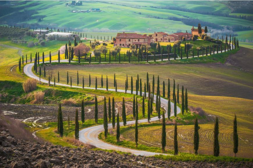 camino sinuoso en Italia
