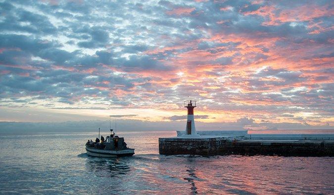 Barco de pesca en Kalk Bay al atardecer, Sudáfrica