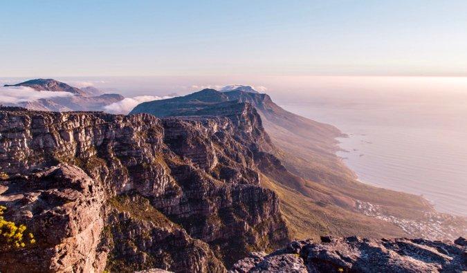 Montaña de la Mesa y Ciudad del Cabo durante una colorida puesta de sol