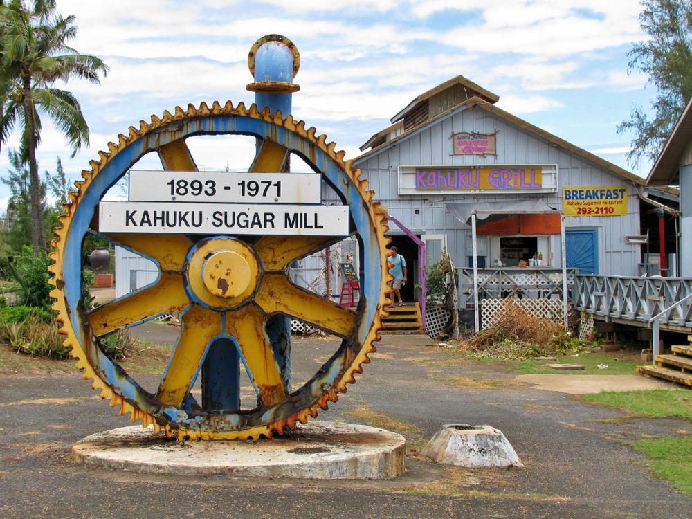una rueda de engranaje gigante en exhibición en la plantación de azúcar Kahuku desmantelada en la isla de Oahu Hawaii
