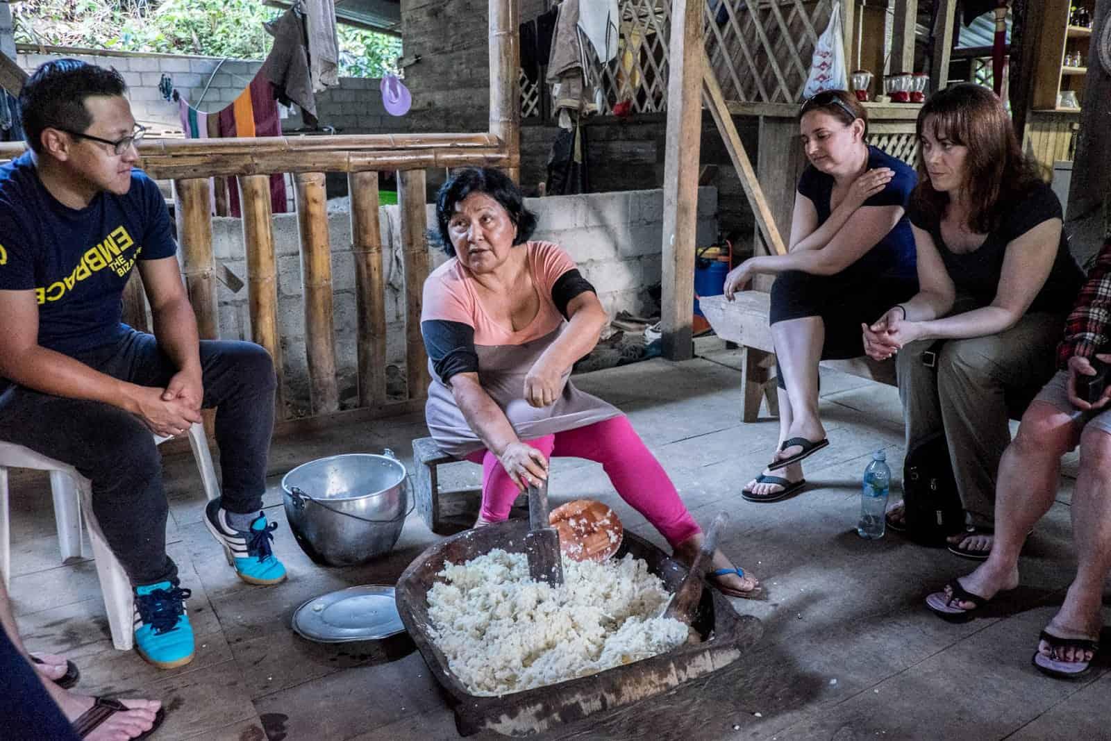 Haciendo una patada con los viajeros en la Amazonía ecuatoriana