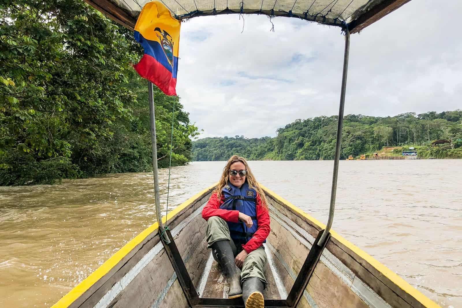 Viaje largo en bote por el río Amazonas en Ecuador