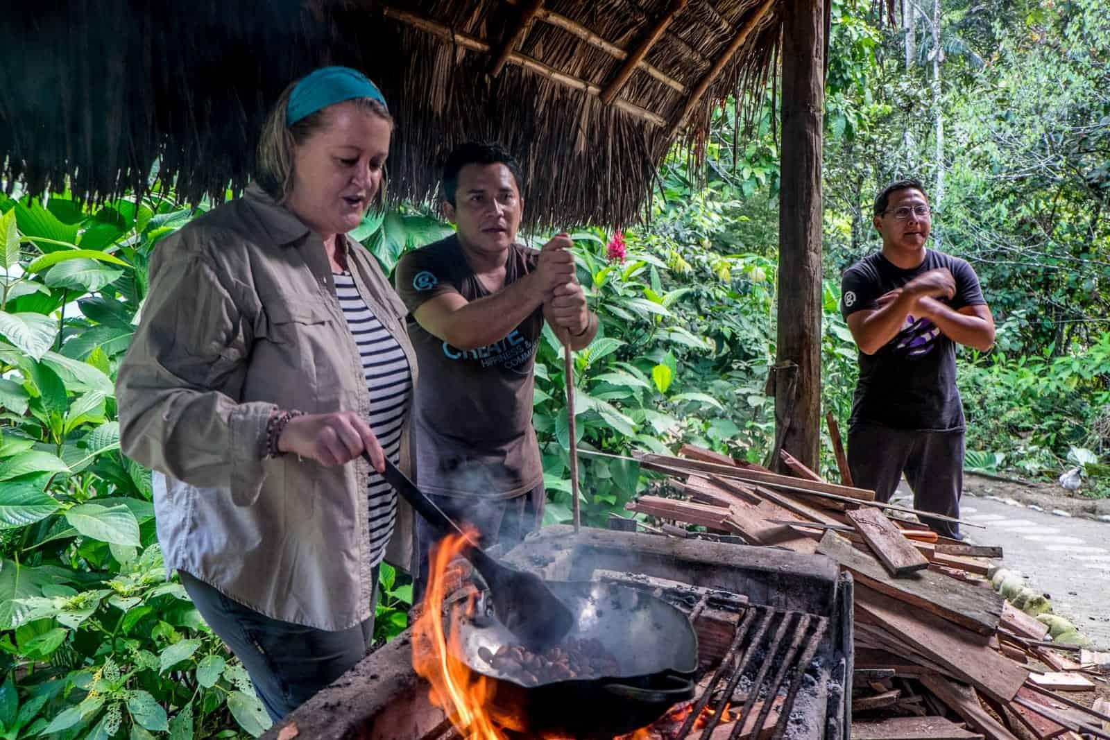 Hacer chocolate en la selva amazónica Ecuador