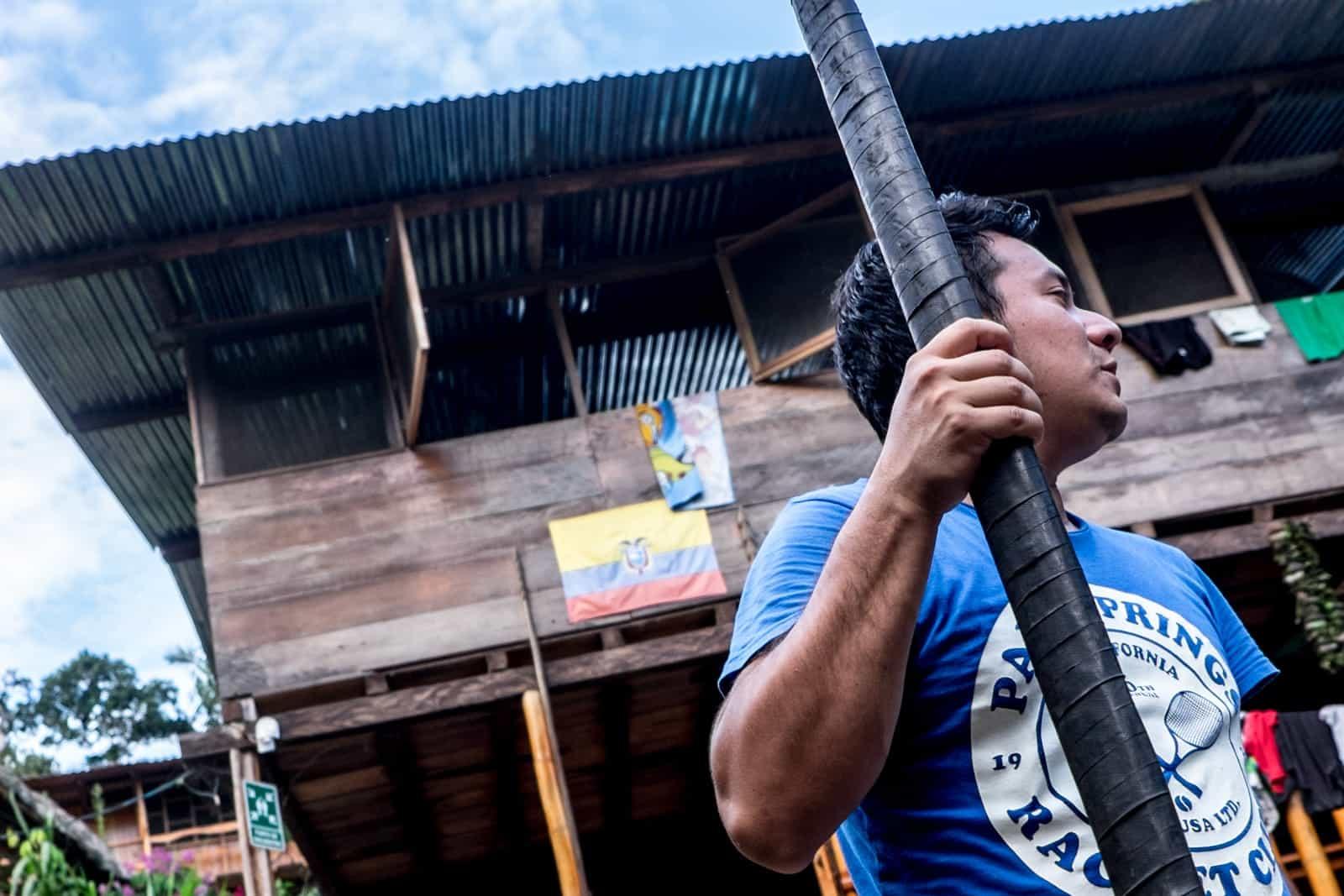 Uso de un soplador en la selva amazónica ecuatoriana
