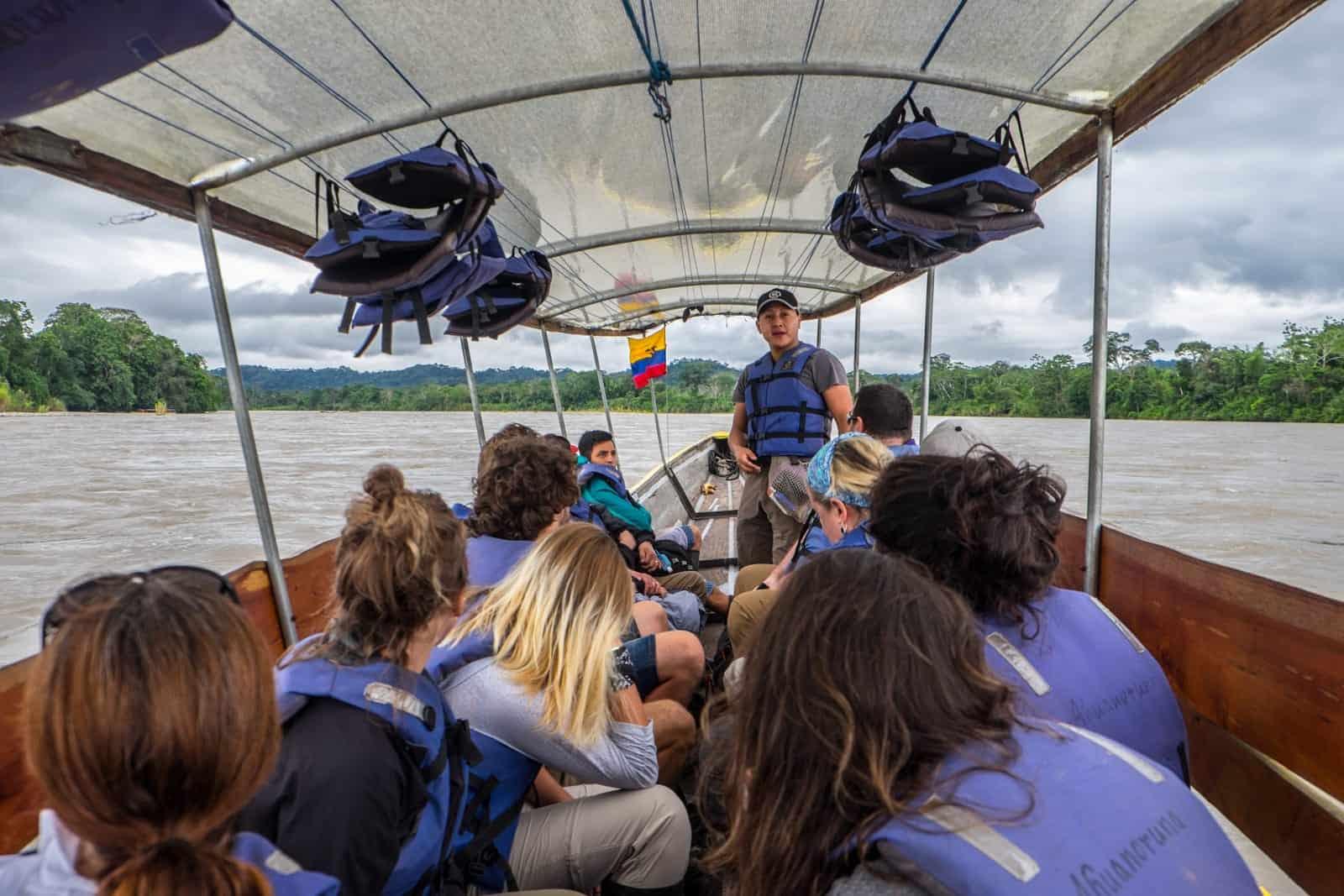 Paseo en bote largo en las selvas tropicales Ecuador