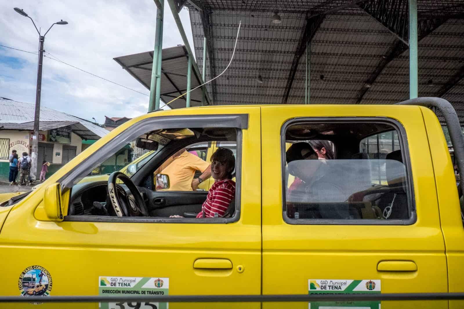 Taxi en Tena y el camino a la selva tropical de la Amazonía ecuatoriana