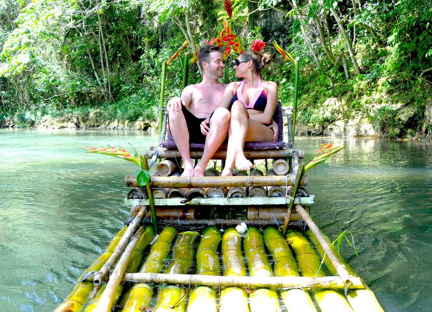 Parejas Bamboo Rafting Gran Río Jamaica