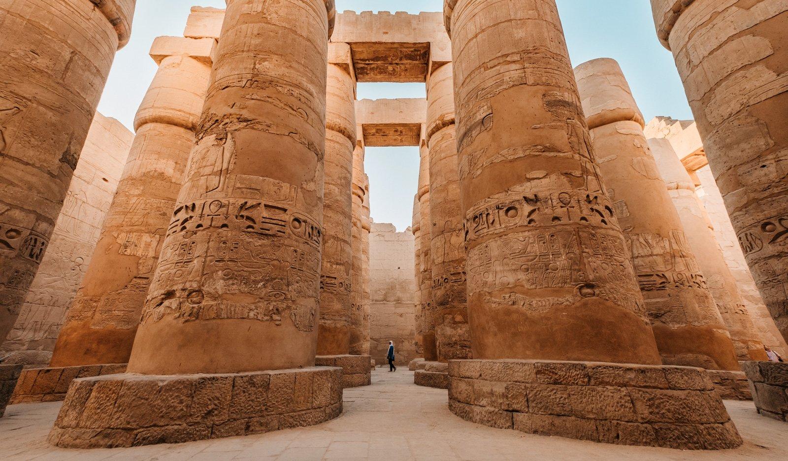 Pilares masivos cerca de las pirámides de Egipto