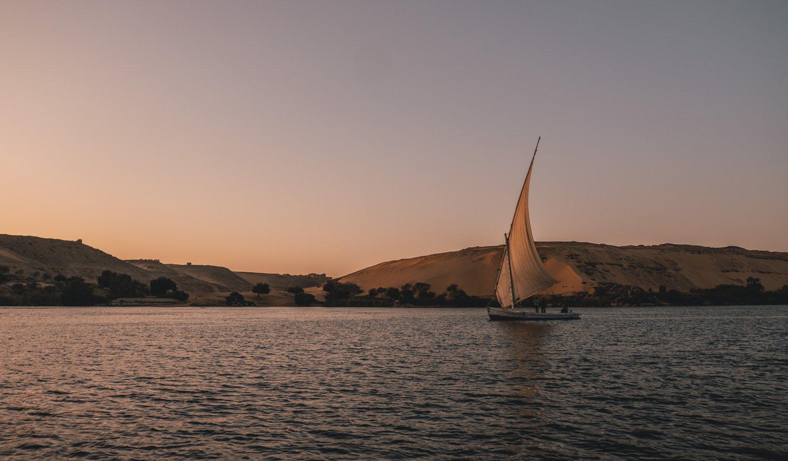 Barco local del Nilo Pequeño en Egipto