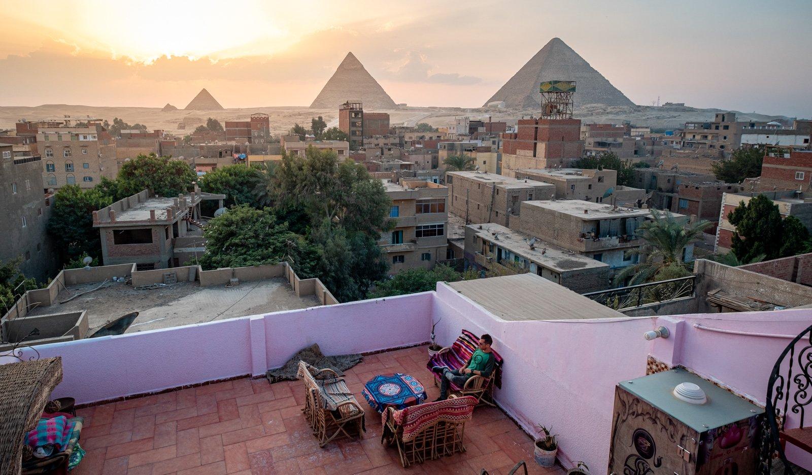 Balcón de un hotel local de El Cairo con vista piramidal en Egipto