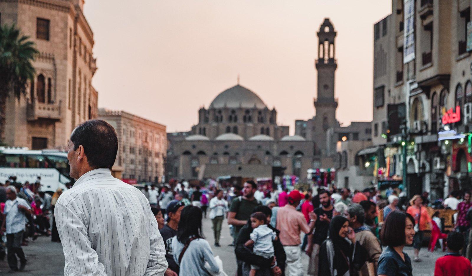 Calles vivas de El Cairo, Egipto llenas de lugareños