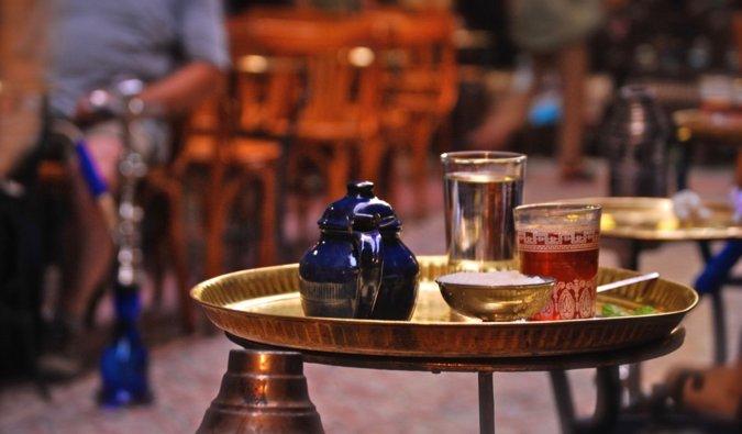 Té tradicional de platos en Egipto