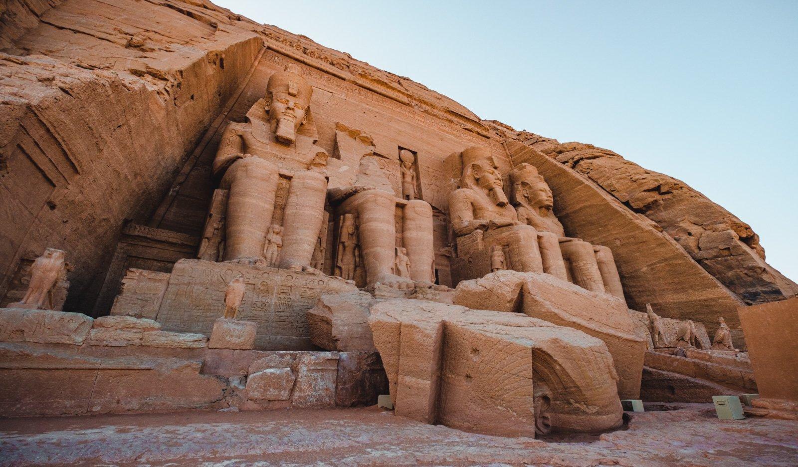 Monumentos de piedra antiguos en el desierto egipcio