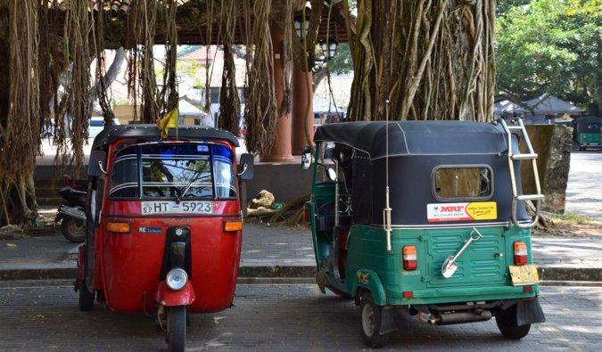 Old Tux Tuxes estacionados juntos en Sri Lanka