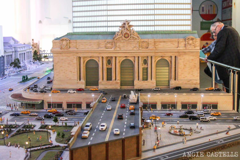 Visita Gulliver & # 39; s Puerta, mundo & # 39; pequeña en Times Square (Nueva York) [1945904millones] </p> <h3>  8. Aprovecha la oportunidad de ir de compras </h3> <p>  Si va a comprar en Nueva York, pero nunca encontrar el tiempo para salir de sus calles, tomar un día lluvioso a <strong> girar las tiendas y sin sensación de que usted renuncia a la ciudad </strong>. </p> <p>  <strong> The Herald Square y Times Square están a zonas de desbordamiento de las tiendas </strong> en el que & # 39; para ir de un establecimiento a otro en cuestión de segundos y casi no titxarrab. </p> <p>  Pero, si lo prefiere dedicarse a los centros comerciales cerrados, es & # 39; vaya en & # 39; lugares como Macy & # 39; s, Siglo 21, Westfield Mall, centro comercial de Manhattan … </p> <p>  <strong> As & # 39; tiendas </strong> más cercano a Manhattan es Outlets Imperio, en Staten Island, aunque buena parte está fuera. B & # 39; & # 39 en contraste con, lo que, de jardines Gardens, Nueva Jersey, es un poco más & # 39; adelante, pero está cubierto centro comercial. </p> <p><img loading=