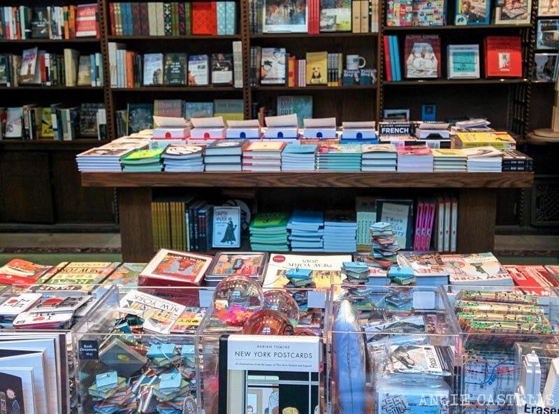 tiendas en las que & # 39; compra de regalos de Nueva York 2 [1965901millones] 2. Strand biblioteca, los libros y dotes literarias </h3> <p>  Por dónde empezar a contar las maravillas de nuestra librería favorita? Cómo decir en un artículo Strand Book Store, esto no sólo almacenar miles y miles de biblioteca & # 39; todos los libros de géneros en & # 39; varios pisos, pero también hace que <strong> maravillosos recuerdos de la ciudad con el sello propios, como los imanes, bolsas, artículos de primera necesidad </strong> … </p> <p>  Además, <strong> venta <em> bienes [muyoriginalliteraria</em> </strong>. Si se quiere dar a la lectura amada, o cambiar los libros también, tendrá aquí. </p> <p><img class=
