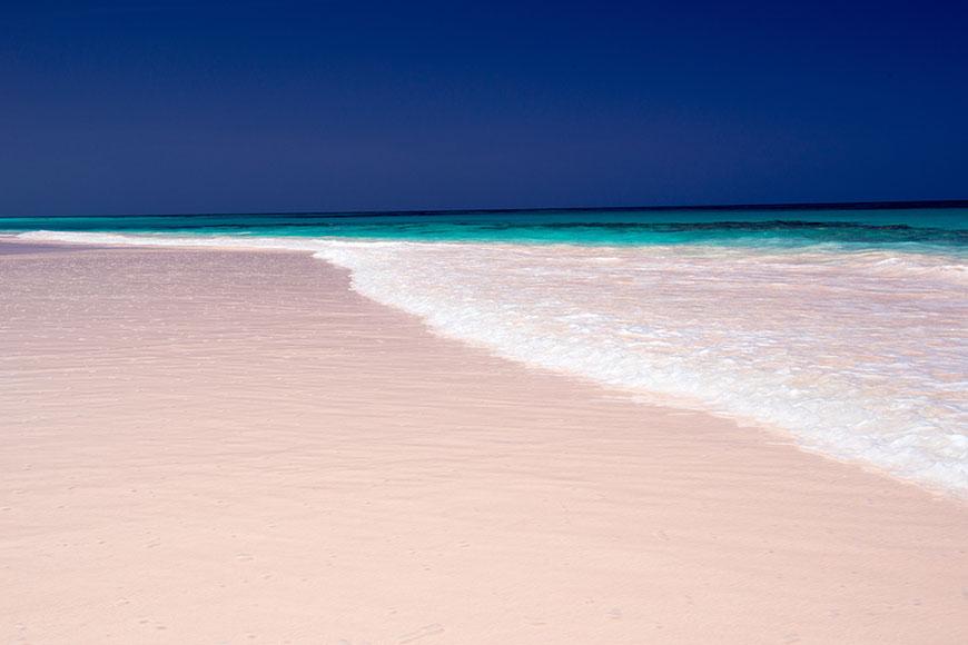 Muelle de arena rosa en las Bahamas.