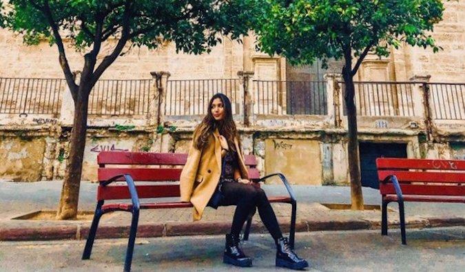 Natasha, viajera en solitario y profesora de español sentada en el banco