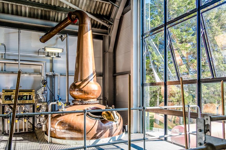 """La destilería Ardnamurchan ha estado fabricando whisky desde 2014 y en realidad está expandiendo sus almacenes en Glenbeg, Escocia. en el turbio mes de marzo. Y además, ¿qué es una excusa más completa que """"llover"""" para permitirse un tour de whisky por las tierras altas de Escocia? </p> <h3 class="""