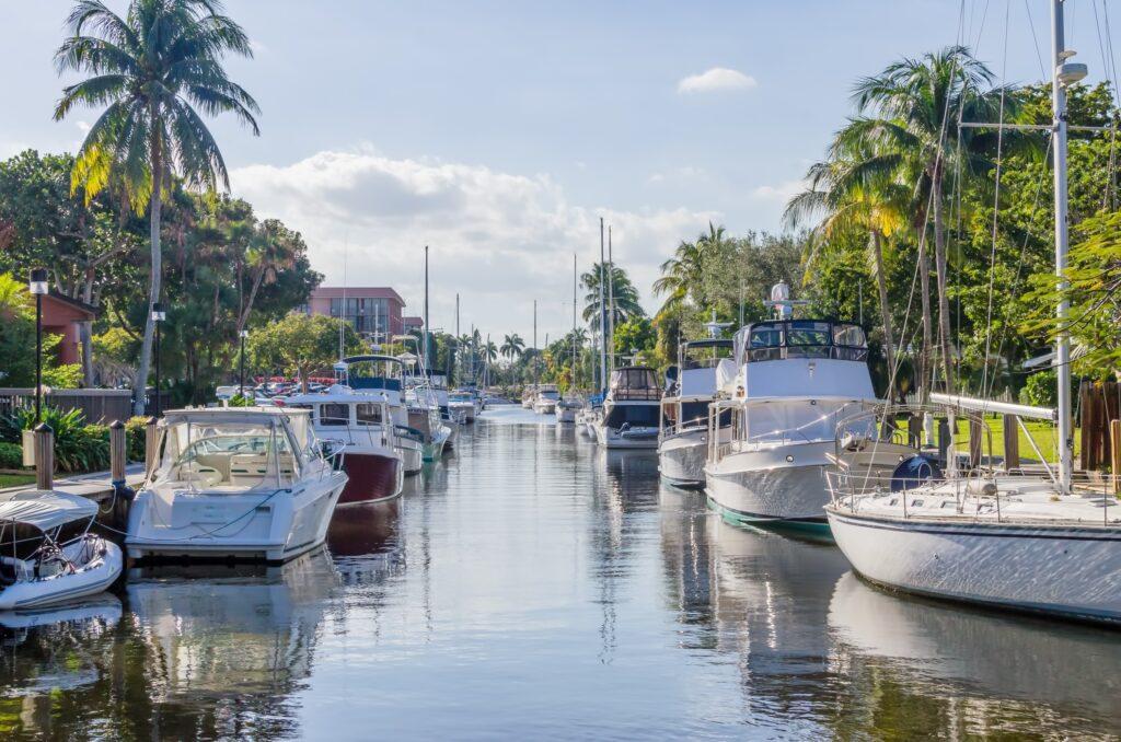 con grandes embarcaciones en Florida