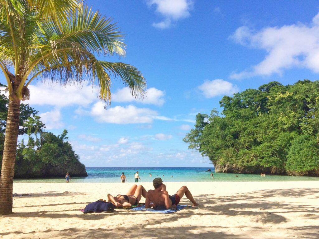Pareja tomando una playa en el Caribe