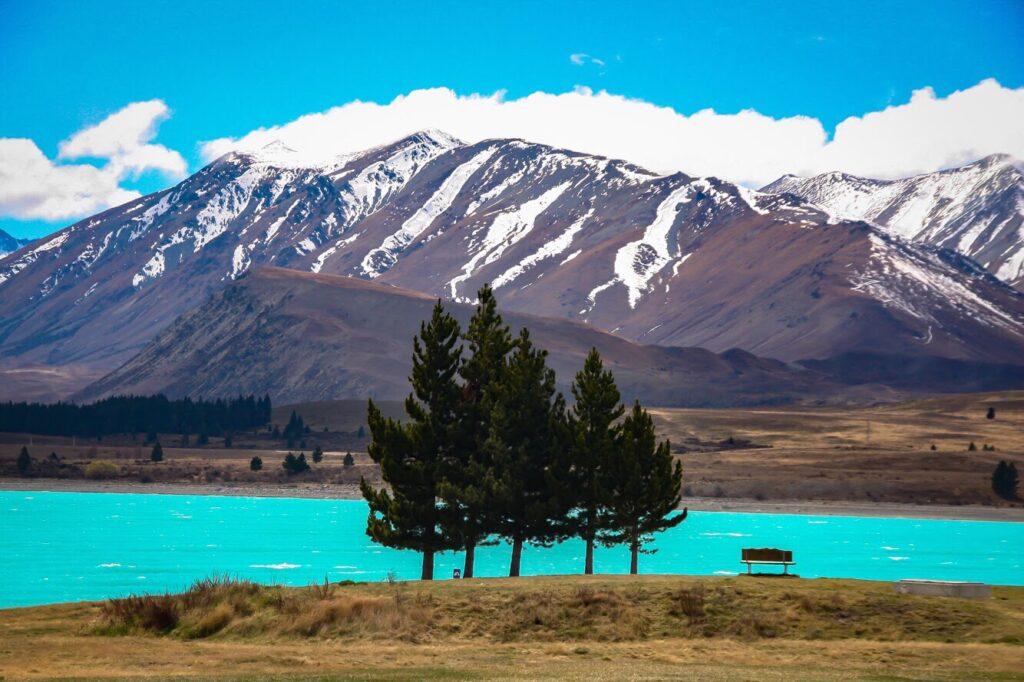 Lago de Nueva Zelanda con montaña en el fondo