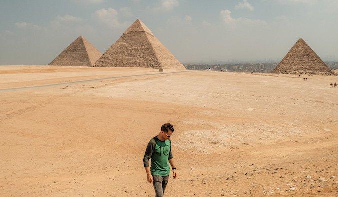 Jeremi Scott Foster posó cerca de las pirámides en Egipto