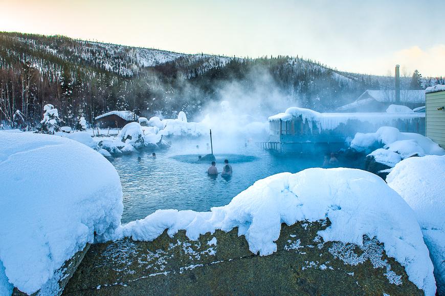 Aguas termales Chen en la cima de las montañas de Alaska en invierno