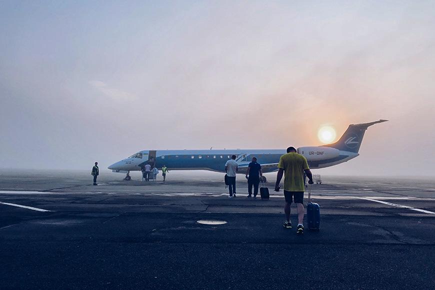 un hombre del amanecer a bordo de un avión rodando equipaje